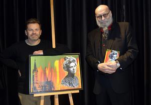 Christian Beijer och Anders Öhrn, omslagskonstnären och författaren, med sitt gemensamma alster