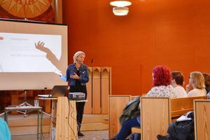 Samverka. Den uppmaningen gav Susanne Larsson, utbildare inom LSS-omsorg, till anhöriga och personal som deltog i Anhörigveckans första föreläsning på måndagen.