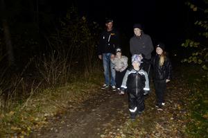 Lasse Olsson, Tilde Olsson, Sandra Östlund, William Östlund och Nellie Olsson från Garphyttan gick spökpromenaden genom den mörka skogen.