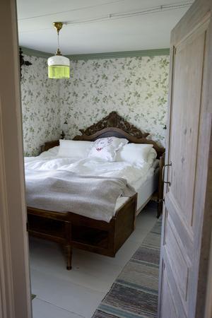 Sovrummet – originalgolvet är troligen från 1700-talet. Det slipades och målades med linoljefärg. Väggarna pappspändes och tapetserades. Foder och lister köptes i Veckebo och målades med en grön linoljefärg.