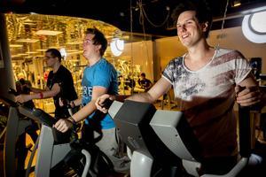 Allt fler tränar fysiskt minst 30 minuter om dagen, som mest 77 % bland yngre män. Björn Viklund, Mattias Landin och Håkan Landin på crosstrainer är levande bevis.