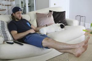 Victor och Harry kopplar av i soffan framför tv:n. Det är inte mycket fritid i NHL. Då Victor är ledig gillar han mest att vara hemma.