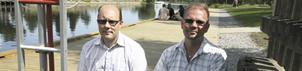 Sittandes på bryggan. Mikael Norman och Henrik Syrjelä från Tekniska förvaltningen.FOTO: KRISTOFER STRÖM