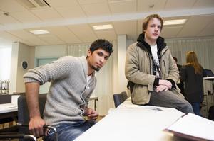Mustafa AL Wally, t v, och Robin Israelsson var två av de unga arbetslösa från Örnsköldsvik som fick en och en halv dags ekonomiutbildning i projektet Ekonomismart.