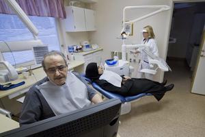 Högt tempo. 40 asylsökande i veckan får sina tänder lagade i Virsbo. Michel Habib börjar med att röntga patientens tänder.