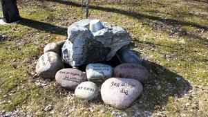 Ordspråk inristat i sten.