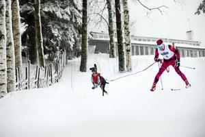 Timo Silvola med Susa, hunden han ställer upp med i fredagens tävling (arkivfoto).