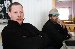 """Strax innan stormötet får Daniel Lärkert och Johannes Karlsson beskedet att Milko sänker mjölkpriset ännu en gång. """"Det är nästan som ett dåligt skämt"""", säger de. Foto: Ulrika Andersson"""