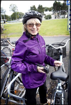Solveig Pettersson, 72 år, pensionär från Gävle har cyklat till sjukhuset:– Det är skönt, man får motion och så bor jag mitt i stan. Regnar det tar jag bussen.