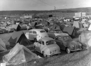 Parkeringen vid Mullbacken var fullpackad med bilar när TT-loppet 1950 hölls.