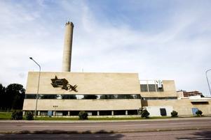 VILANDE. Den stora beige tegelbyggnaden på Carlsborg kan se vilande ut från utsidan. Men på insidan gömmer sig livsviktiga funktioner som fjärrvärme som täcker 20 procent av Gävles behov och reservkraft till hela sjukhuset.