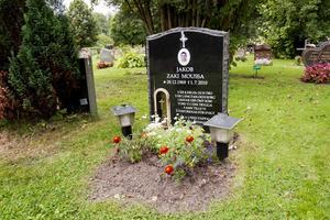 Jakob Moussas änka fanns på plats utanför tingshuset på torsdagen. Förutom att hon besökt graven har hon inte satt sin fot i Södertälje sedan hon flyttade.