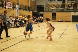 Emilia Axelsson med bollen.