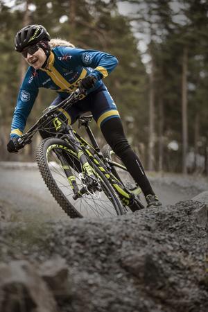 Jennie Stenerhag i full fart nerför backarna på Lugnet i Falun.