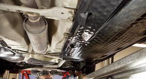 Bilens underrede är mest utsatt. Förutom att fukt och salt kan gömma sig under kåpor kan exempelvis bromsrör drabbas av rostangrepp.