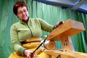 – Jag gör nog bara en liten burk, säger Yvonne Cavallius som börjar med att ta bort barken.