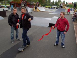 Mikael Jaråker till vänster och Andreas Nordkvist konstaterar att Peter Helander klipper till det röda bandet med precision. Foto:Birger Nylén
