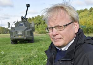 """USA har skickat brev med hot om relationsproblem om vi skriver på. Men vad är det för hot vi behöver vara rädda för? Vad menar Peter Hultqvist när han pratar om """"den transatlantiska länken"""", undrar Helge."""