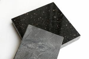 Naturstenar finns i oändligt många varianter, här är det en ljusare kalksten och en svart granit. Kalkstenen är om möjligt ännu känsligare än marmor, medan graniten tål mer.