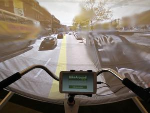Ta en cykeltur i Dublin eller varför inte på Times Square? Med Google Earth och en projektor används tekniken i demensvården för att framkalla minnen och få i gång samtal. Under lördagen fanns samma möjligheter på Storsjöteatern.