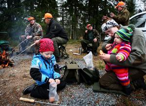 Älgjakt kan samla olika åldrar ute i skogarna, som här i Fredriksberg 2010. Men i Malung-Sälen diskuteras nu att slopa älgjaktslovet..