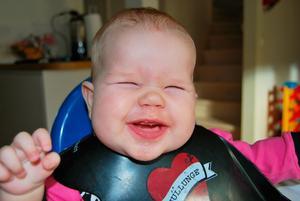 Ny smak. Lilla Alvina, 5 månader, grimaserar när hon för första gången får smaka på potatis- och palsternackspuré.