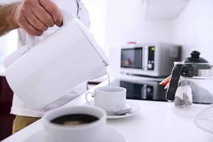 Vattenkokaren är en gammal trotjänare som fortfarande sparar energi jämfört med att koka vatten på spisen. Foto: Shutterstock