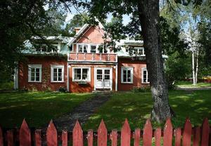På Marielundsvägen 11 ligger den gård som gett namn till hela området. Marie hette egentligen Maria och var gift med handlaren Robert Fresk.