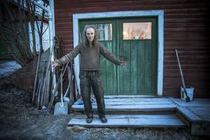 Rune berättar om vikväggarna som han och hans pappa gjorde på beställning när de jobbade tillsammans i snickeriet. Om hur hans pappa jobbade 365 dagar om året för att få klart och leverera till beställaren.