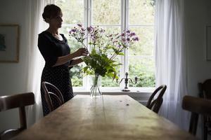 Mycket i hemmet är tillvarataget från tidigare ägare och fanns där när familjen flyttade in. Bordet stod i snickarboden och har troligtvis använts av en biodlare som slungade honung. Stolarna är köpta på auktion.