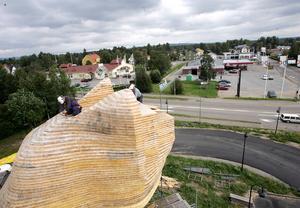 Träbjörnen byggdes på plats upp till 9 meters höjd. Därefter byggdes den i sektioner som lyftes på plats av en mobilkran.