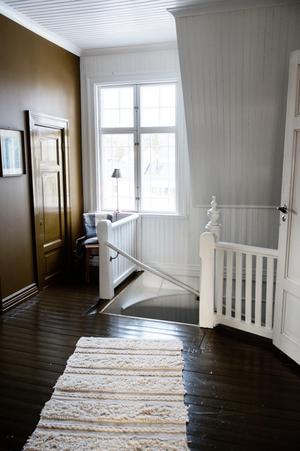 Trappan leder upp till de båda barnens rum, en klädkammare och ett stort badrum.