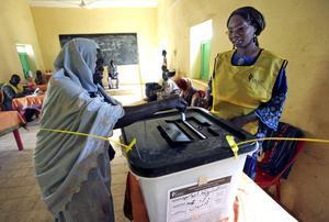 Röstar ja. Allt talar för att det blir ett rungande ja till självständighet för södra Sudan, i den folkomröstning som påbörjades i söndags. Kinas agerande kan bli avgörande för utvecklingen i området. Arkivbild: Abd Raouf/Scanpix-AP