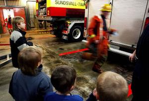 Barnen måste backa för de riktiga brandmännen som rusar till bilarna. En spännande avslutning på ett spännande besök hos räddningtjänsten.