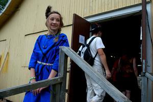 Sofia Skoog var snygg med fjädrar i håret dagen till ära och ansvarade för pysslet inne i ladan. Foto: Lina Svalbro