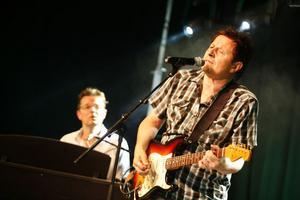 Simon och Frank Ådahl underhöll på gårdsfesten på Älvstagården.