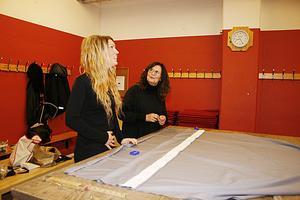 fixar tyger. Josefine Ekström och Burgi Wesslén lägger upp tygerna som ska bli draperier och gardiner till logerna.