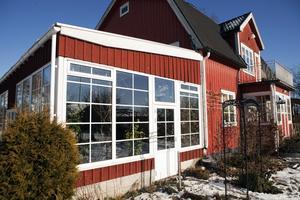 En förlängning. Uterummet är ihopbyggt med huset från 1940-talet och anpassat till dess stil.