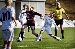 Anna Jonsson håller ifrån sig  ettriga Linnea Lechner.