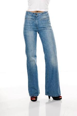 Ljusblå stentvättade jeans med utställda ben, Monki, 600 kronor.