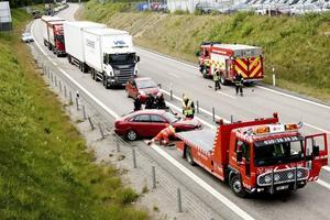 En bilist körde in i vajerräcket på riks 80 mellan infarterna till Sandviken i går. Det innebar att det blev långa köer innan trafiken kunde släppas på efter en timme.