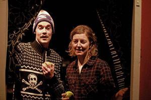– Vad gör de här? Johan Söderberg och Hanna Westergren spelar Pia och Svane som ska fira några semesterdagar när de får besök av utländska bärplockare.