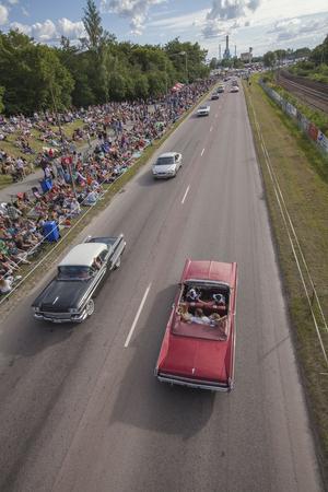 Mycket folk satt längs Sjöhagsvägen för att titta på finbilscruisingen.