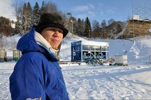 Kylan i Åre just nu är inget banbyggare Dominik Schennach behöver för att bygga kylsystem och lägga is. Det har vi kylaggregat för, säger han och visar på den stora blå boxen i bakgrunden.