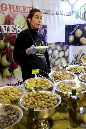 Smakprov. Melissa Khalajabadi frestade med oliver och ost. En av flera utställare som bjöd på mycket matnyttigt.