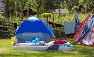 En av lägerdeltagarna tar en förmiddagstupplur.