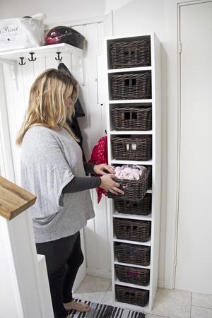 Hyllan med korgar för vantar och mössor gör det lätt att hålla ordning i hallen.