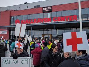 Folk på plats vid Fjällräven center.