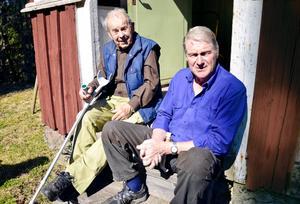 Avkoppling. Martin Andersson och Göran Hagsten tar igen sig på trappan till Friluftsfrämjandets föreningsstuga på Vackerfallet.