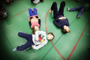 Sara Henriksson, Theo Månsson och Maria Nilsson Waller värmer upp inför danspasset.